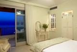 Греческая спальня с видом на море