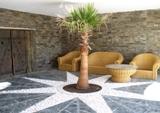 Веранда с мозаичным полом из белых камней